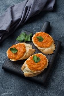 Panini con pane, zucchine, caviale, pomodori, cipolle. cucina vegetariana fatta in casa. copyspace.