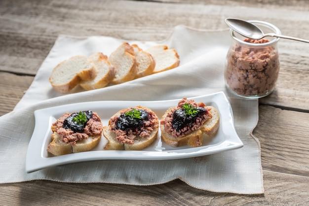 Panini con patè e marmellata di frutti di bosco