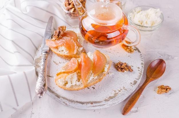 Panini con ricotta e marmellata di pere
