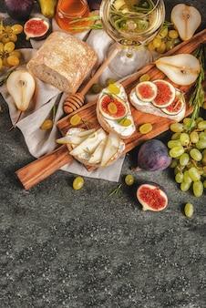 Panini con ricotta o crema di formaggio, ciabatta, frutta fresca, noci e miele