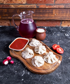 Panini cotti a vapore cinesi con salsa rossa