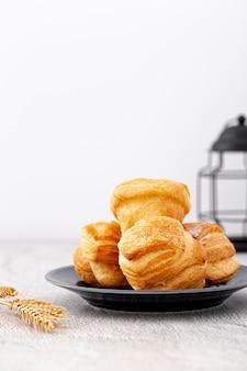 Panini del pane al forno di vista frontale sul piatto