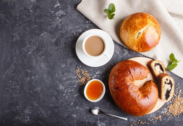 Panini di lievito fatti in casa e panini con semi di papavero e miele vista dall'alto.