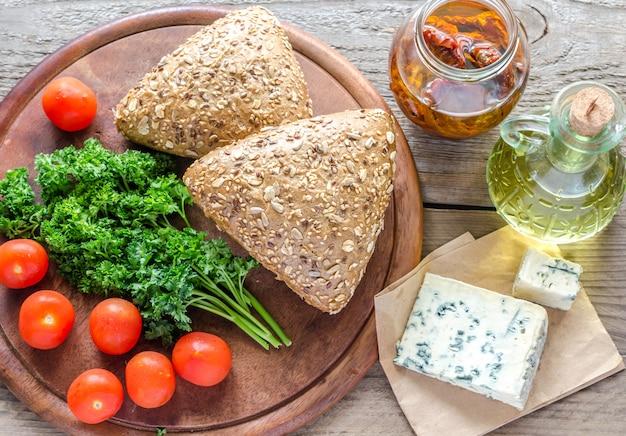 Panini di semi di lino con gorgonzola e pomodori