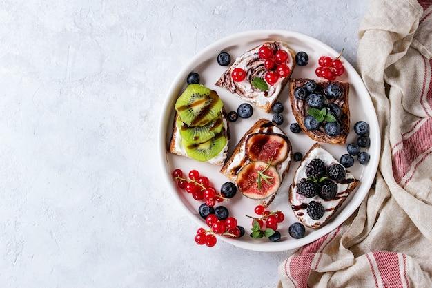 Panini dolci con frutti di bosco