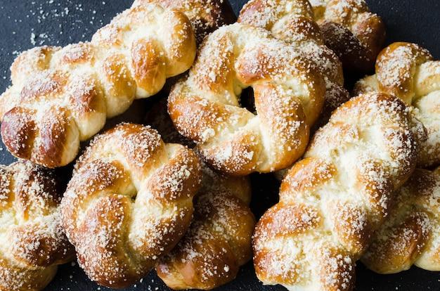 Panini freschi profumati al forno. dolci tradizionali fatti in casa vista superiore dei panini della treccia.