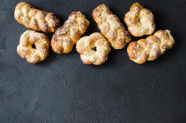 Panini freschi profumati al forno. dolci tradizionali fatti in casa. vista superiore di panini codino.