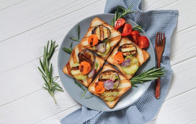 Panini grigliati vegetariani sani con verdure e rosmarino