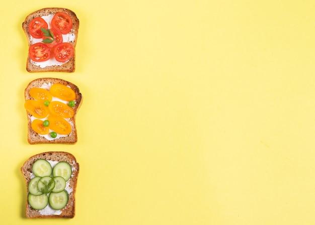 Panini per la colazione con condimenti vegetali e crema di formaggio