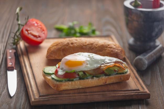 Panini per la colazione, sandwich con insalata di uova, uova di avocado, uova di tonno, uova di pesce.