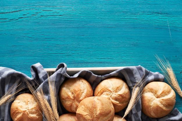Panini rotondi croccanti, conosciuti come kaiser o rotoli di vienna su un asciugamano di lino