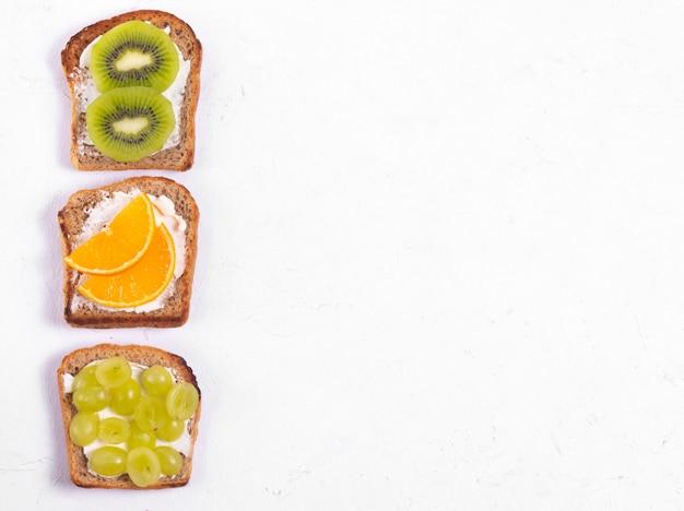 Panini sani di frutta con crema di formaggio