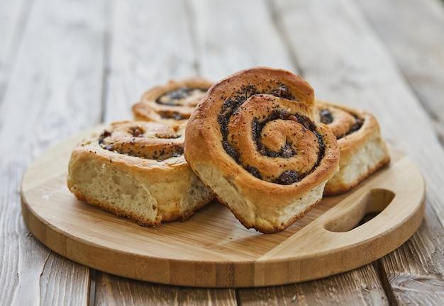 Panini saporiti con l'uva passa su una tavola di legno rustica marrone. panetteria fresca. colazione. pane. vista dall'alto