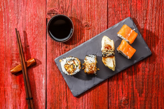 Panini serviti al tavolo rosso