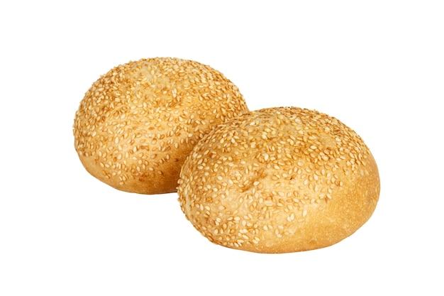 Panino a sandwich rotondo due con i semi di sesamo isolati su bianco