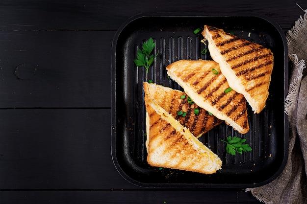 Panino al formaggio caldo americano. panino al formaggio grigliato fatto in casa per la colazione. vista dall'alto