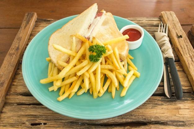 Panino al prosciutto e patatine fritte