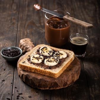 Panino aperto delizioso con cioccolato e banana