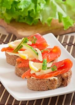 Panino appetitoso con salmone