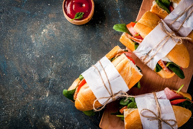 Panino baguette fresca con pancetta, formaggio, pomodori e spinaci