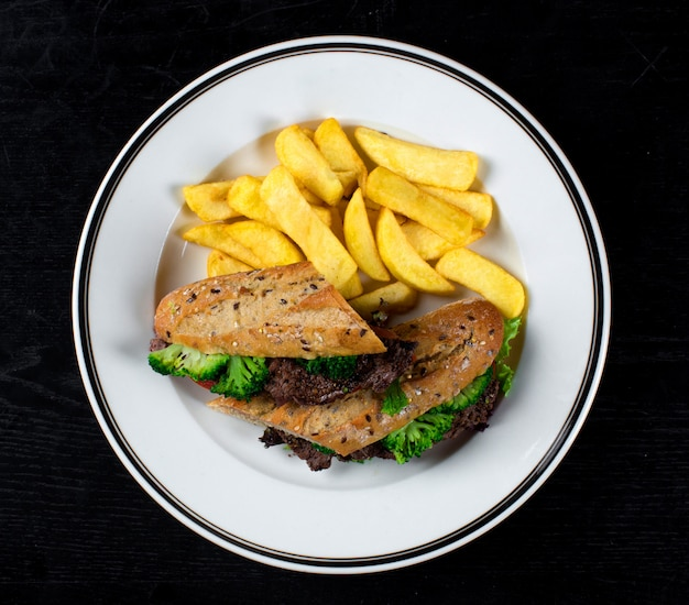 Panino con carne e broccoli e patate fatte in casa
