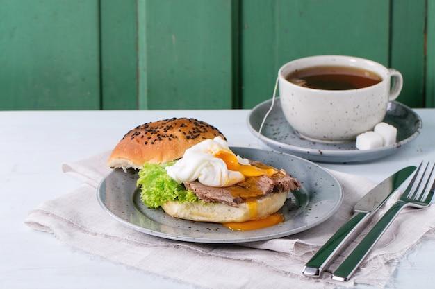 Panino con carne e uova
