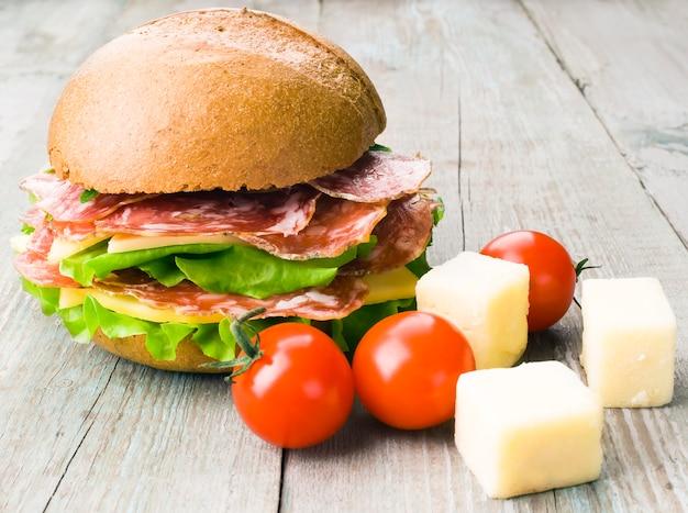 Panino con carne, pomodoro, formaggio e lattuga