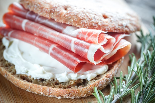 Panino con crema di formaggio e jamon