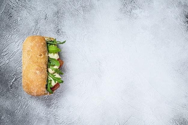 Panino con formaggio camembert fresco, marmellata di pere, ricotta e rucola.