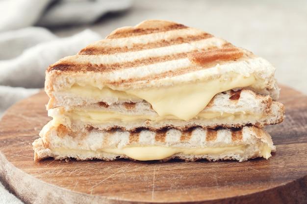 Panino con formaggio grigliato