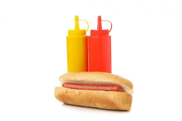 Panino con la salsiccia, la senape e il ketchup isolati su bianco