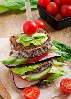 Panino con prosciutto e verdure fresche