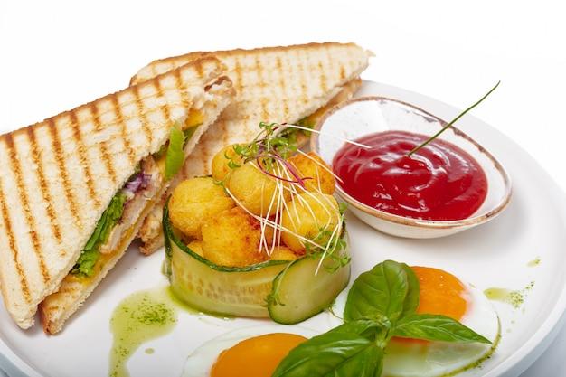 Panino con prosciutto, formaggio, pomodori, lattuga e pane tostato. vista dall'alto isolata.