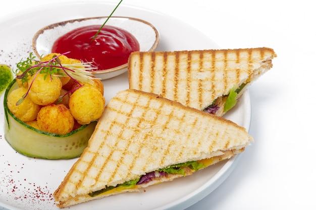 Panino con prosciutto, formaggio, pomodori, lattuga e pane tostato. vista dall'alto isolato su sfondo bianco.