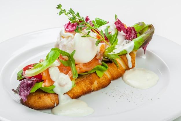 Panino con salmone isolato su bianco