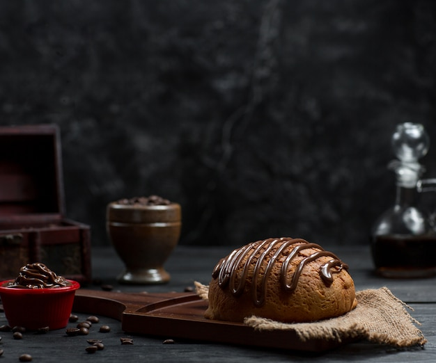 Panino con salsa al cioccolato e mousse al cioccolato