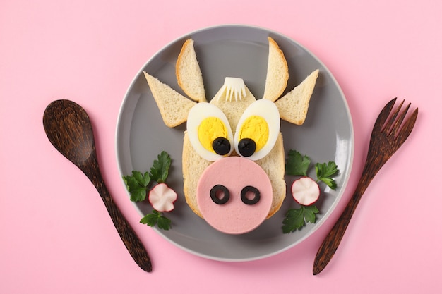 Panino con salsiccia e uovo a forma di toro divertente