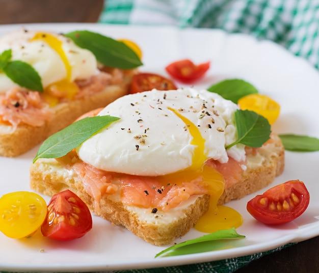 Panino con uova in camicia con salmone e crema di formaggio