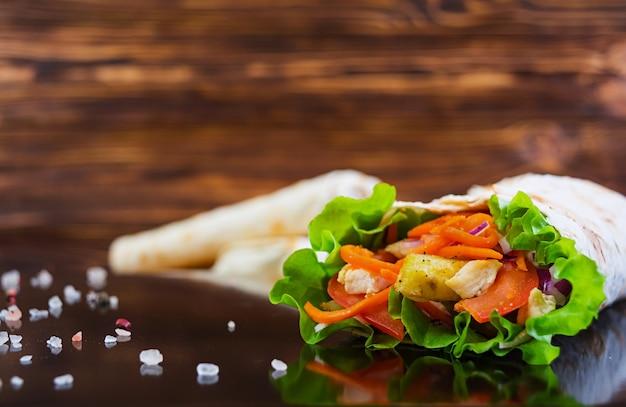 Panino delizioso di shawarma su di legno