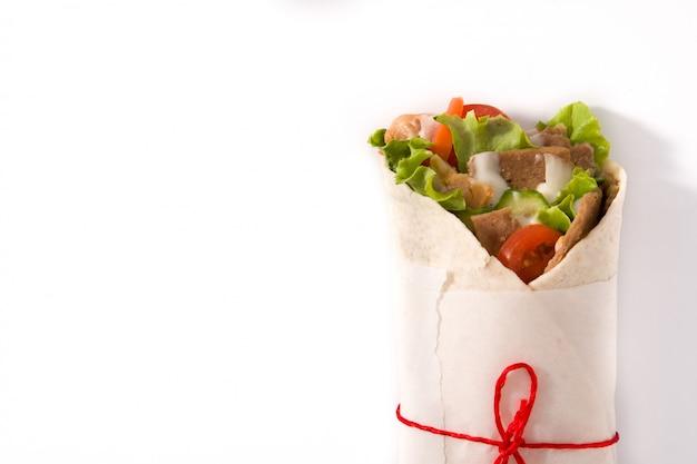 Panino di doner kebab o shawarma isolato sullo spazio bianco copia spazio vista