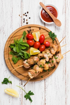 Panino di kebab delizioso turco sulla tavola di legno