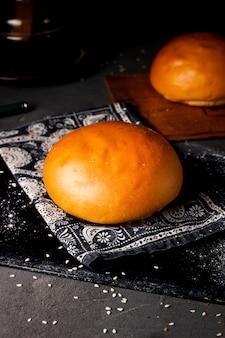 Panino di pane cotto posto su un pezzo di tessuto