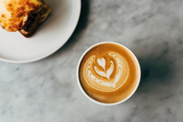 Panino e una tazza di caffè su un tavolo