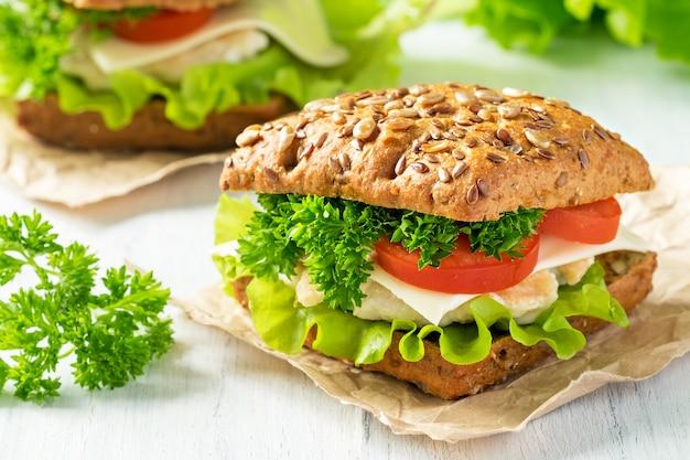 Panino fatto in casa con pollo, verdure fresche ed erbe aromatiche