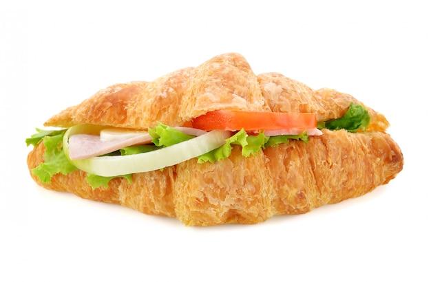 Panino fresco del croissant isolato su bianco.