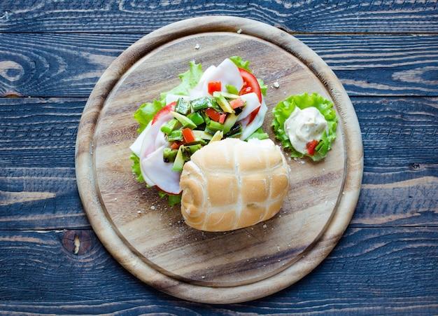 Panino fresco e gustoso con prosciutto e verdure