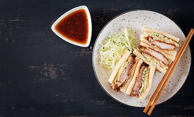 Panino giapponese di tendenza alimentare con braciola di maiale impanata