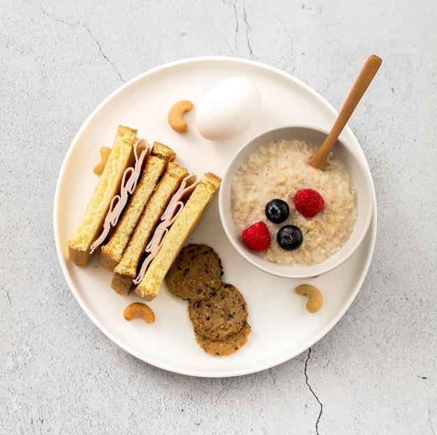 Panino gustoso vista dall'alto con porridge