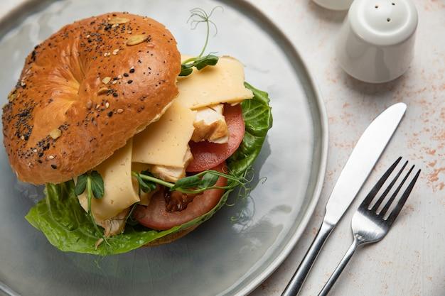 Panino hamburger con carne, crema di formaggio, pomodoro