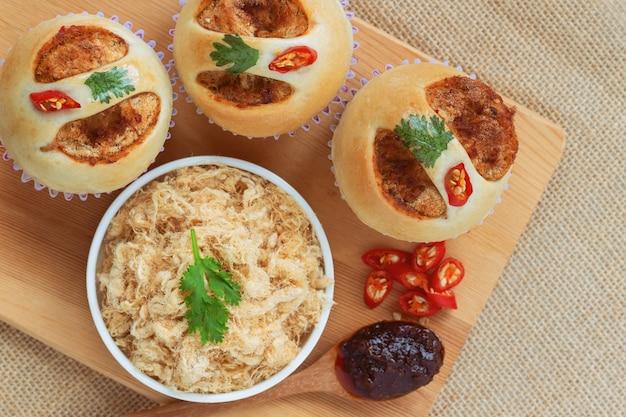 Panino morbido e appiccicoso fatto in casa con carne di maiale secca tritata o filo di maiale e pasta di peperoncino arrosto con gamberetti.